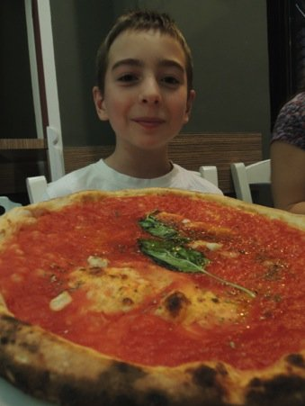3€ for this enormous Marinara pizza in Naples!